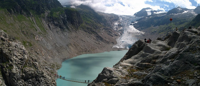 Dangerous beauties. Risks and opportunities of new lakes formed by melting glaciers